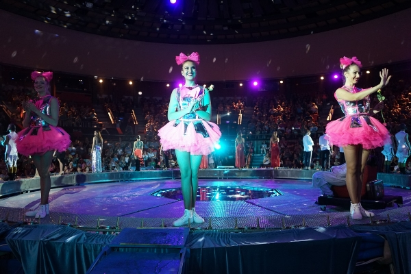Atlantic Flight – Fountain Circus Show ended with full house, flowers and two clowns!
